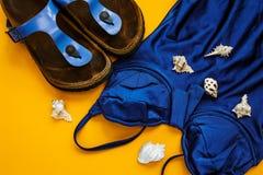 Pantofole blu della spiaggia e del costume da bagno Fotografia Stock Libera da Diritti