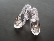 Pantofole del vetro trasparente per la bambola su fondo nero fotografia stock libera da diritti