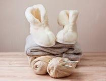 Pantofole della pelle di pecora di inverno (fuoco selettivo) Fotografie Stock