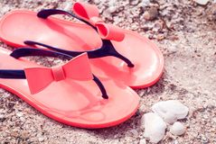 Pantofole della spiaggia sulla sabbia Estate e resto immagini stock libere da diritti