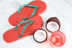 pantofole di vista superiore, noce di cocco e coctail tropicale fotografia stock