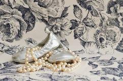 Pantofole e perle d'argento del bambino Fotografie Stock Libere da Diritti