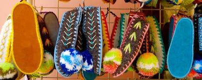 Pantofole greche variopinte su esposizione Immagine Stock