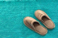 Pantofole molli su un tappeto lanuginoso, cose accoglienti fotografie stock