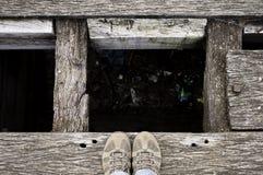 Pantofole sull'orlo di un pozzo dei rifiuti Fotografie Stock Libere da Diritti