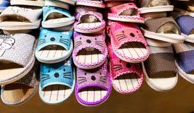 Pantofole sullo scaffale da vendere Fotografia Stock Libera da Diritti