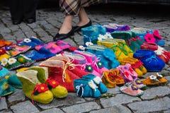 Pantofole variopinte fatte a mano o scarpe della lana da vendere alla via Fotografie Stock Libere da Diritti