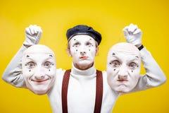 Pantomim med olika ansikts- maskeringar royaltyfri foto