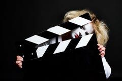 Pantomima de la mujer con un tablero de la pizarra foto de archivo