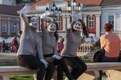 Pantomima que agita y que sonríe Foto de archivo libre de regalías