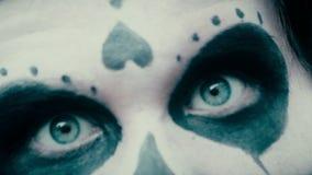 Pantomime al actor con las muecas asustadizas del maquillaje en la cámara, partido de Halloween, pesadilla metrajes