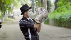Pantomime comique plaisantant avec le chat sur la rue clips vidéos