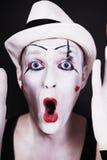 Pantomime criard drôle dans le chapeau blanc Images stock