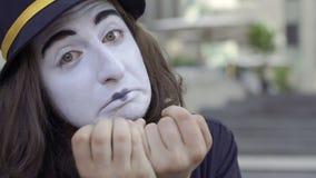 Pantomime d'homme grimaçant sur l'appareil-photo clips vidéos