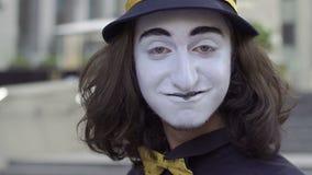 Pantomime dans le chapeau flirtant avec l'appareil-photo clips vidéos
