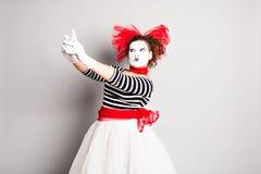 Pantomime, der ein selfie Foto macht Frau mit smartphone Konzept von April Fools Day Stockbild