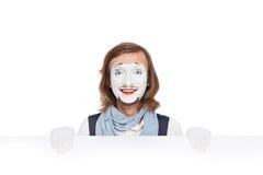 Pantomime, der mit weißer Anschlagtafel lächelt stockfotos
