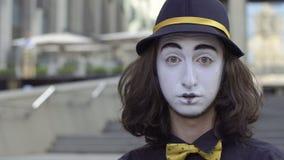 Pantomime drôle dans la claque de chapeau sa joue banque de vidéos