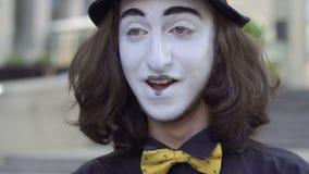 Pantomime drôle dans le sourire de chapeau banque de vidéos