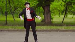 Pantomime fängt seinen Kollegen mit unsichtbarem Lasso im Park stock video footage
