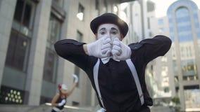 Pantomime frappant dans la porte invisible banque de vidéos