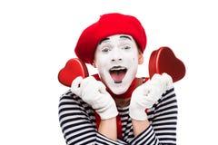 pantomime heureux tenant les boîte-cadeau en forme de coeur photo libre de droits