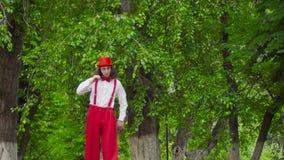 Pantomime ist im Park gekrümmt stock video