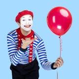 Pantomime mit Ballon Emotionales lustiges Schauspielertragen Lizenzfreie Stockfotografie