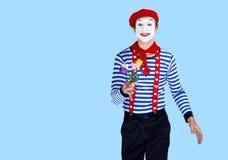 Pantomime mit Blume Emotionales lustiges Schauspielertragen Lizenzfreie Stockbilder
