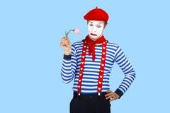 Pantomime mit Blume Emotionales lustiges Schauspielertragen Lizenzfreies Stockfoto