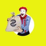 Pantomime mit Geldtasche Emotionales lustiges Schauspielertragen Stockfoto