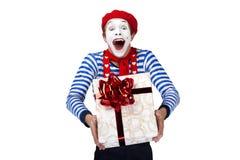 Pantomime mit Geschenk Emotionales lustiges Schauspielertragen Lizenzfreie Stockfotografie