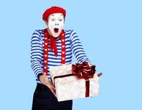Pantomime mit Geschenk Emotionales lustiges Schauspielertragen Stockbilder