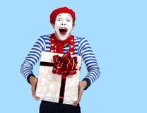 Pantomime mit Geschenk Emotionales lustiges Schauspielertragen Lizenzfreie Stockbilder