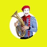 Pantomime mit Posaune Emotionales lustiges Schauspielertragen Lizenzfreie Stockbilder