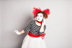 Pantomime mit Smartphone Konzept von April Fools Day Stockfoto