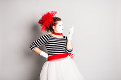 Pantomime mit Smartphone Konzept von April Fools Day Lizenzfreie Stockfotos