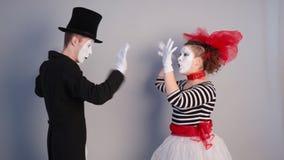 Pantomime près de mur invisible clips vidéos