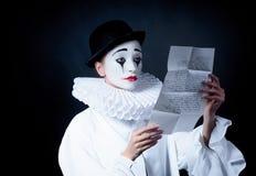 Pantomime triste Pierrot lisant la lettre d'amour photos stock
