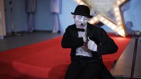 Pantomime zeigt verschiedene Gefühle mit seinen Händen und Gesicht stock video