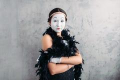 Pantomimeactrice met make-up het stellen in studio stock afbeeldingen