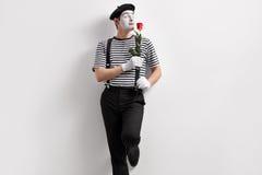 Pantomimekünstler, der eine Blume riecht Stockbilder