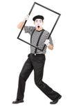 Pantomimekünstler, der einen großen Bilderrahmen hält Stockfotografie