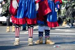 Pantomimenspieler marschieren in eine Parade mit Goldschuhen stockfotografie