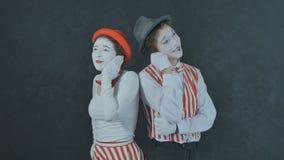 Pantomimes parlant au téléphone Photo stock