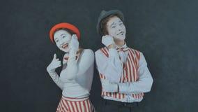 Pantomimes parlant au téléphone Images stock