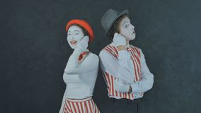 Pantomimes parlant au téléphone Photographie stock libre de droits