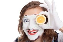 Pantomimeschauspieler, der zur Gesichtszitrone befestigt stockbilder