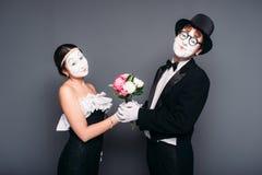 Pantomimeschauspieler, die mit Blumenblumenstrauß durchführen lizenzfreies stockfoto