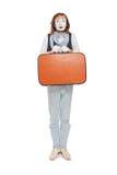 Pantomimeschauspieler mit orange Koffer in der Erwartung Stockbild